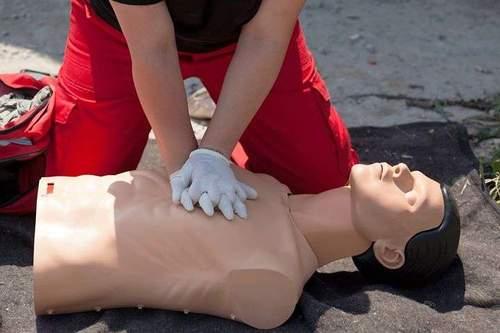 Hva gjør du hvis noen har satt noe i halsen? - Norsk grunnkurs førstehjelp