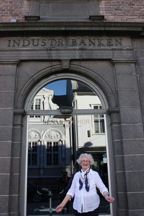 Byvandring: Banker og bygninger