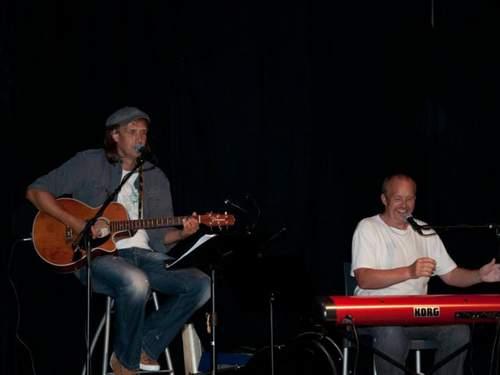 Trubadur Elling S. Hem og pianist Gunnar J. Hansen inntar scena på Breidastova